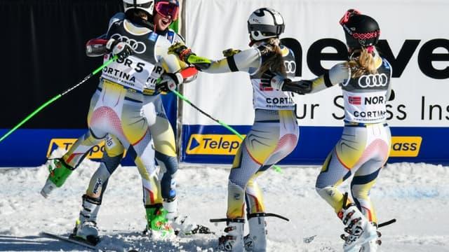 La joie des Norvégiens Sebastian Foss-Solevaag, Fabian Wilkens Solheim, Kristina Riis-Johannessen et Thea Louise Stjernesund, après avoir remporté face à la Suède, la finale du parallèle par équipe mixte aux Championnats du monde, le 17 février 2021 à Cortina d'Ampezzo (Italie)