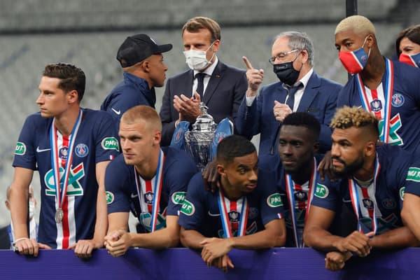 Mbappé, Le Graët, Macron et les joueurs du PSG lors de la finale de la Coupe de France