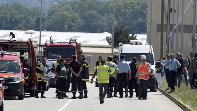 Gendarmes, pompiers et enquêteurs s'affairent au site de l'usine attaquée vendredi, à Saint-Quentin-Fallavier, en Isère.