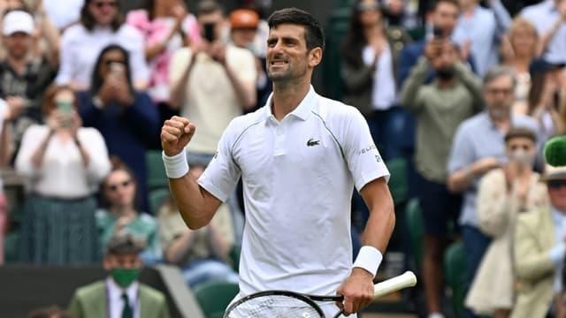 La joie du Serbe Novak Djokovic, après sa victoire en 3 sets face au Hongrois Marton Fucsovics, en quart de finale du tournoi de Wimbledon, le 7 juillet 2021 à Londres