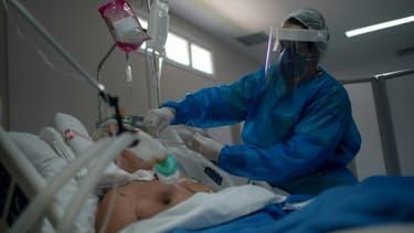 Une soignante s'occupe d'un patient atteint du coronavirus, le 5 juin 2020 à Rio de Janeiro, au Brésil
