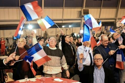 Des partisans de Marion Maréchal Le Pen fêtent les résultats du premier tour au Pontet le 6 décembre 2015