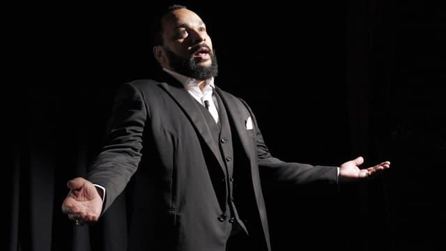 Dieudonné sur scène au théâtre de la Main d'Or, à Paris, le 15 janvier 2012