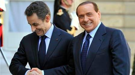 """Nicolas Sarkozy accueille Silvio Berlusconi dans la cour de l'Elysée à l'occasion du sommet annuel franco-italien. Le président du Conseil italien a déclaré que la France et l'Italie étaient """"parfaitement d'accord"""" pour apporter tout leur soutien à la Grè"""