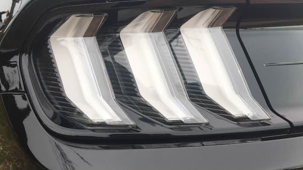 Ford a donné un look plus agressif à la Mustang. Le constructeur explique avoir retravaillé le design afin la rendre plus aérodynamique.