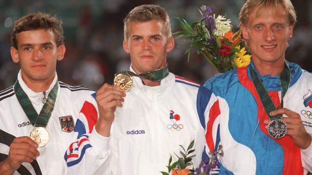 Jean Galfione avec sa médaille d'or sur le podium des JO 1996