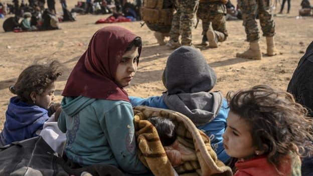 Les enfants entourés des Forces armées kurdes à Baghouz, en Syrie, le 5 mars 2019 (photo d'illustration)