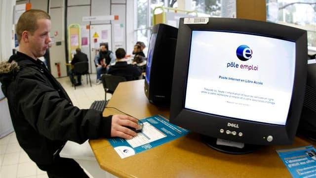 Le chômage a encore augmenté au mois d'octobre, a annoncé dimanche le ministre de l'Emploi Xavier Bertrand à la veille de la publication de ces chiffres. /Photo d'archives/REUTERS/Eric Gaillard