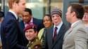 Martyn Compton (coiffé d'un bonnet), ancien compagnon d'armes de William (à gauche) en Afghanistan, où il a été grièvement blessé, lors d'une visite du prince dans un centre de rééducation de l'armée. Le caporal Compton fait partie des invités du mariage