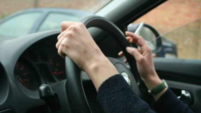 En Australie, jeter son mégot par la fenêtre de sa voiture peut désormais donner lieu à une amende de 6800 euros.