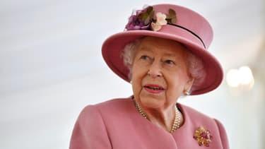 Photo d'archive de la reine Elizabeth II lors d'une visite d'un laboratoire de recherche près de Salisbury (Royaume-Uni) le 15 octobre 2021.