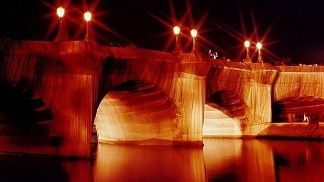 Le Pont Neuf à Paris, emballé par Christo en 1985.