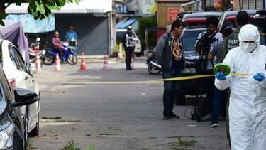 La police scientifique thaïlandaise sur les lieux de la première explosion, à Hua Hin, le 12 août