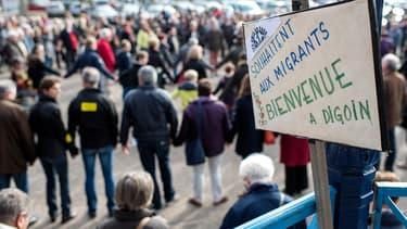 """""""Bienvenue au migrants à Digoin"""", disent des manifestants, le 29 octobre."""