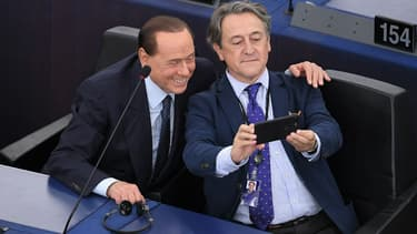 L'ancien chef d'Etat italien Silvio Berlusconi et le député espagnol Vox Hermann Tertsch posant pour un selfie, le 2 juillet 2019 à Strasbourg.