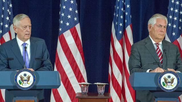 Le secrétaire d'Etat Rex Tillerson et le chef du Pentagone Jim Mattis en conférence de presse après leur rencontre avec la délégation chinoise, le 21 juin 2017 à Washington.