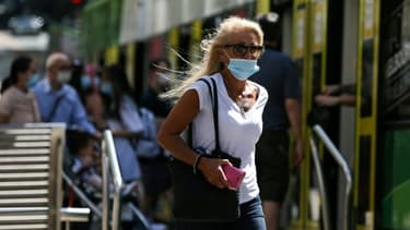Une femme portant un masque sous le nez (photo d'illustration)