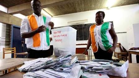 Dans un bureau de vote d'Abidjan, dimanche. Les autorités électorales de Côte d'Ivoire procèdent ce lundi au dépouillement des milliers de bulletins déposés la veille dans les urnes, au premier tour d'une élection présidentielle historique censée tourner