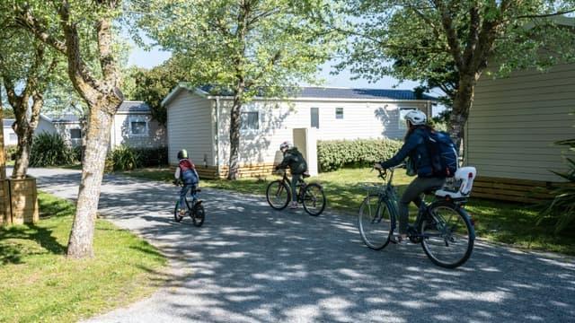 """Promenade à vélo pour une famille venue de Rennes, au """"Camping de l'Océan"""" à La Couard-sur-Mer, le 16 avril 2021 sur l'Ile de Ré"""