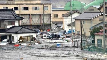 Rues inondées à Kenennuma, dans la préfecture de Miyagi. Le bilan du séisme survenu vendredi au japon et du tsunami qui a suivi devrait dépasser le millier de morts, selon l'agence de presse Kyodo. /Photo prise le 11 mars 2011/REUTERS/YOMIURI