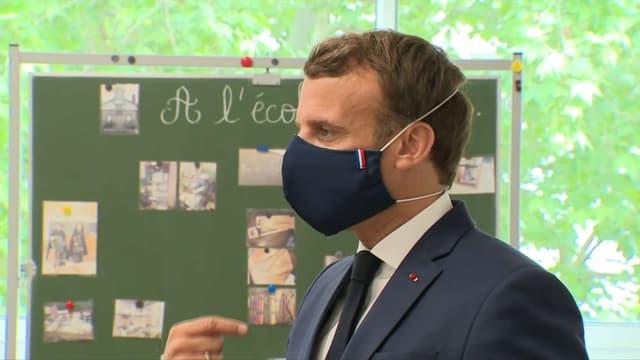 Emmanuel Macron visite une école de Poissy, dans les Yvelines, le 5 mai 2020.