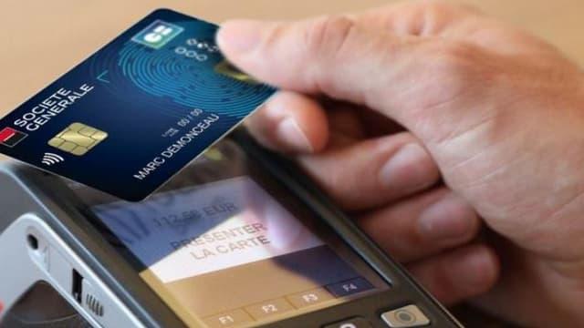 Concrètement, à réception de la carte bancaire le porteur enregistrera lui-même son empreinte digitale sur le capteur biométrique placé en bas à gauche.