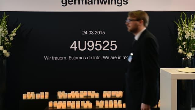 """Un panneau rend hommage au vol Germanwings à Hambourg en Allemagne, avec le numéro du vol et la mention """"Nous sommes en deuil"""" le 29 avril 2015."""