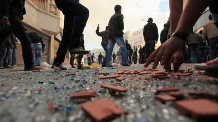 """Lucas Mebrouk Dolega, un photographe français qui couvrait les manifestations en Tunisie, a été blessé vendredi et se trouvait samedi dans un état """"grave"""", selon une source médicale tunisienne. /Photo prise le 14 janvier 2011/REUTERS/Zohra Bensemra"""