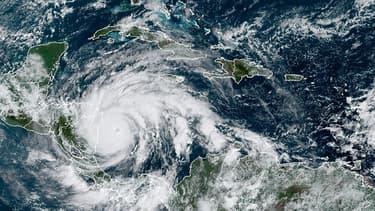 Cette image satellite RAMMB / NOAA montre la tempête tropicale Iota le 16 novembre 2020 à 14h40 UTC à l'approche de l'Amérique centrale.