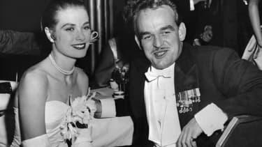 Grace de Monaco, en Dior, et le Prince Rainier III le 1er juin 1956 lors d'un bal au Waldorf-Astoria à New York.