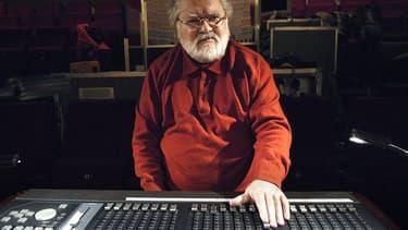Le compositeur Pierre Henry en 2007, travaillant en studio d'enregistrement à Paris.
