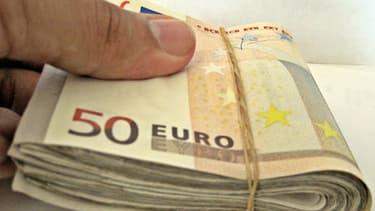 Le donateur américain va dissimuler 2.000 euros en petites coupures à Paris.