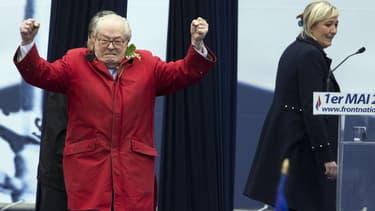 Jean-Marie Le Pen, vendredi 1er mai, s'est invité sur scène, devant sa fille Marine.