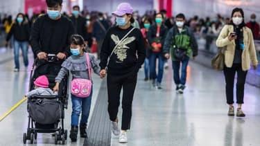 À Hong-Kong, les habitants portent des masques sanitaires en prévention du coronavirus. (Photo d'illustration) - DALE DE LA REY / AFP