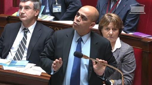 Kader Arif, prenant la parole à l'Assemblée jeudi matin, pour annoncer, puis démentir la libération des otages français au Cameroun.