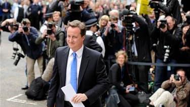 David Cameron, chef de file des conservateurs britanniques, a annoncé vendredi qu'il allait entamer des discussions avec les libéraux démocrates pour étudier la possibilité de conclure une alliance gouvernementale. /Photo prise le 7 mai 2010/REUTERS/Paul