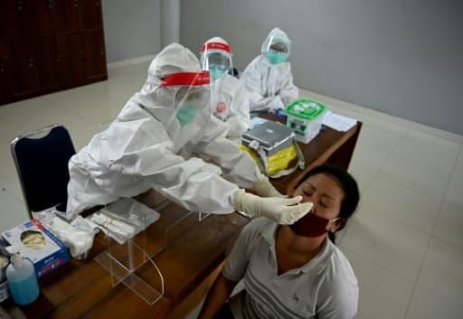Une personne se fait tester au coronavirus à Denpasar, le 7 juin 2020 à Bali, en Indonésie