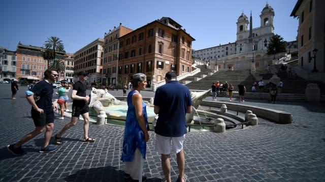 Des gens sans masques Place d'Espagne à Rome le 28 juin 2021