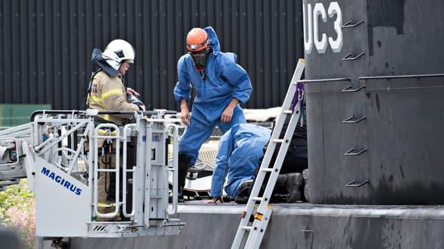Le sous-marin de Peter Madsen UC3 Nautilus, inspecté par la police scientifique.