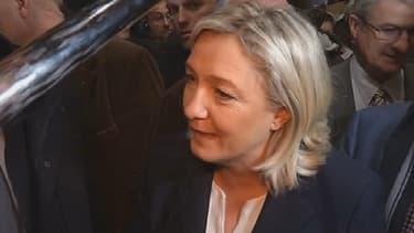 """Marine Le Pen est venue faire """"une déclaration d'amour aux agriculteurs français"""" au Salon de l'agriculture."""