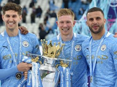 De Bruyne entouré par Stones et Walker (Manchester City)