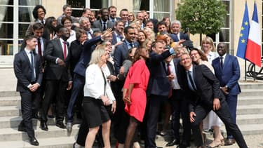 Emmanuel Macron en compagnie de députés du groupe La République en marche