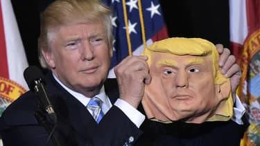 """Des usines chinoises font fortune grâce aux """"masques Trump""""."""