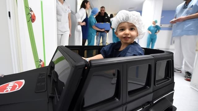 Un enfant va au bloc opératoire en voiturette, à l'hôpital de Valenciennes, en février 2018