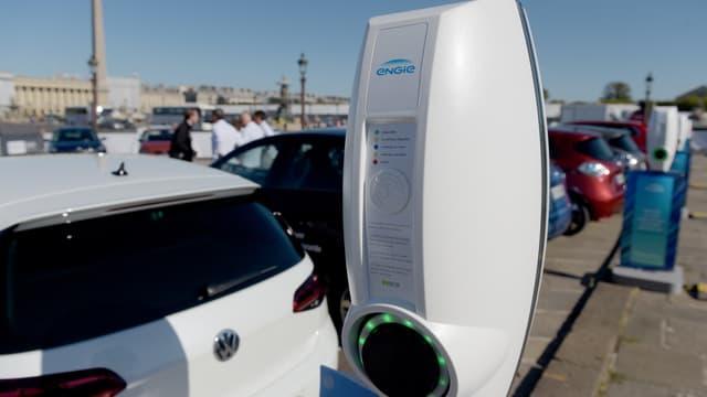 L'objectif du gouvernement est d'avoir un parc de 100.000 bornes de recharge publiques en France.
