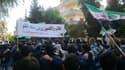 """Manifestation d'universitaires et d'étudiants contre le régime de Bachar al Assad, mercredi à Homs. La France a demande la création de """"zones sécurisées"""" pour protéger les populations civiles en Syrie, initiative inédite depuis le basculement du pays dans"""