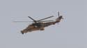 Hélicoptère de l'armée algérienne survolant In Amenas, dans le sud-est de l'Algérie. L'opération de libération des otages dans le complexe gazier voisin de Tiguentourine est encore en cours et des otages sont morts, a déclaré François Hollande samedi lors