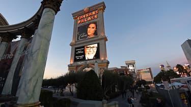 Une affiche de l'hôtel Caesars Palace de Las Vegas rend hommage à René Angélil, mari de Céline Dion