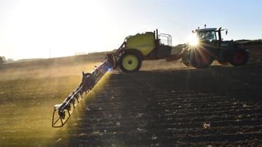 Un agriculteur épand un pesticide sur son champ, le 11 mai 2018 à Piacé dans la Sarthe.