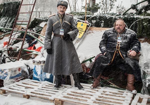 Deux cosaques sur une barricade défendue par des militants pro-européens à côté de la place de l'Indépendance. Kiev, Ukraine, 9 décembre 2013.